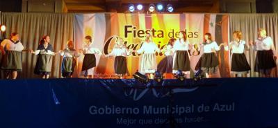 Azulgo Gizataldeen Jaialdia: dantza eta arropa berriak zabaldu zituzten dantzariek udaletxearen aurreko tauletan (argazkia EE)