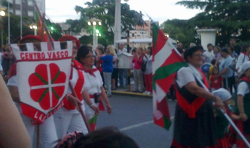 El centro Loretako Euskaldunak junto al Gure Txokoa en la Fiesta de Colectividades (foto EE Las Flores)
