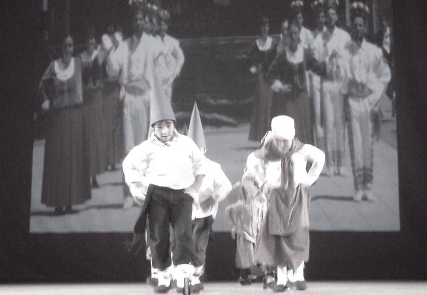 Danzas de txikis, con postales vascas