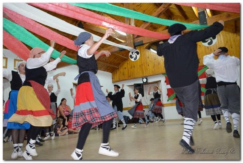 Los jóvenes barilochenses, embajadores de las danzas vascas