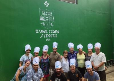 Sydneyko Gure Txoko elkartearen frontoian talde argazkia atera zuten Australiako danborrari hauek (argazkia Sydney EE)