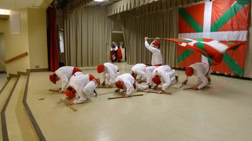 Utah-ko Triskalariak dantza taldekoen emanaldia
