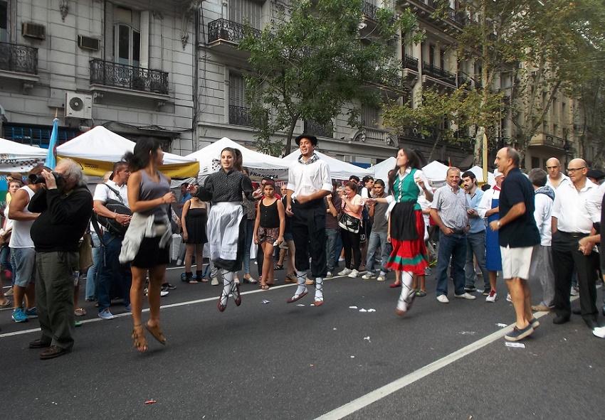Danzas vascas en Avenida de Mayo