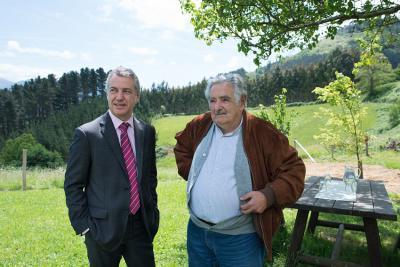 Urkullu lehendakaria eta Jose Mujica Uruguaiko presidente ohia, Muxika herrian (argazkia Irekia)