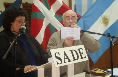 """Members of SADE and the Chivilcoy Basque Club presenting the """"Tree of Gernika"""" contest"""
