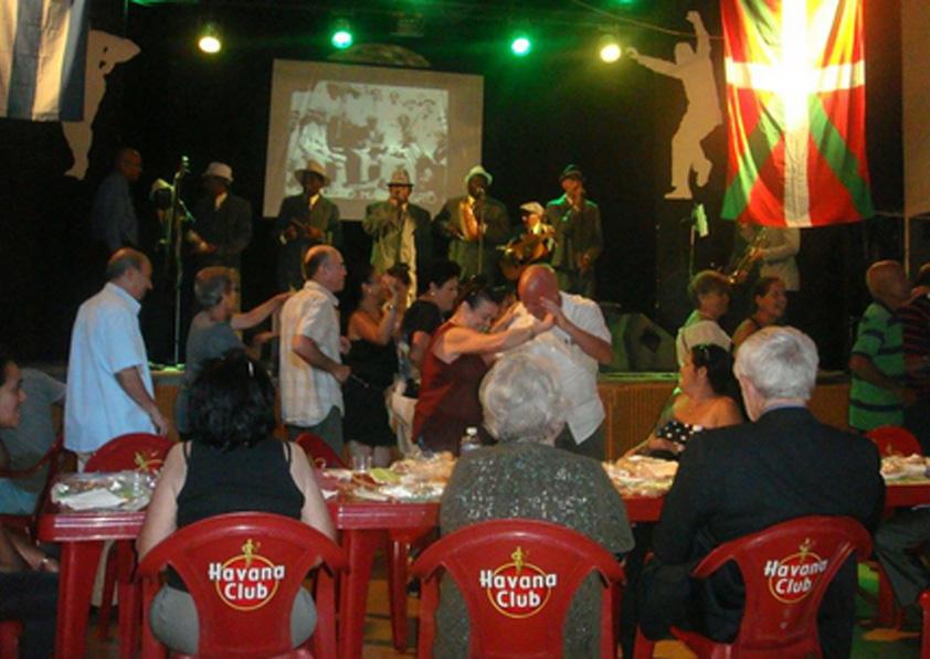 Septeto Habanero taldearekin dantza