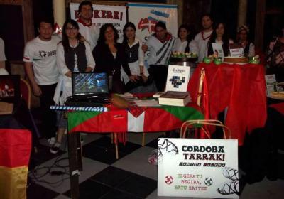 Gure Txokoa euskal etxeko kideak Cordoban egindako Global Village izeneko jaialdian (argazkia EE)
