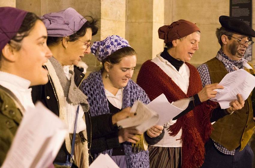 El coro Txalaparta es una de las actividades lúdicas y culturales que promueve Euskal Etxea de Bruselas