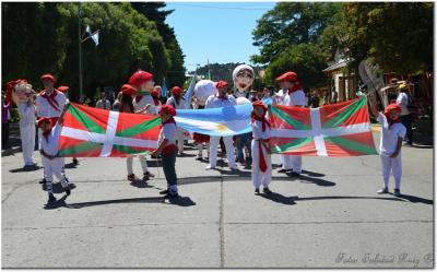 San Martin de los Andesko Euskal Txokoa Euskal Etxeko lagunak hiriaren 118. urteurren desfilean
