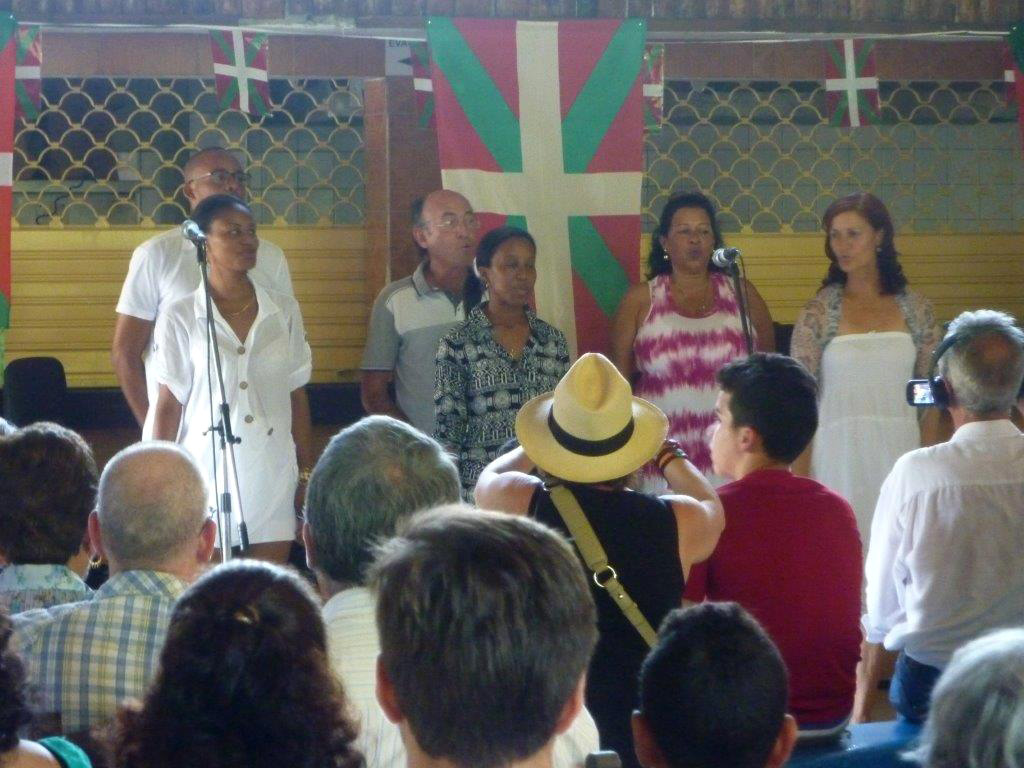 Habanako euskaltegiko ikasleek osatu duten abesbatzak Aberri Eguneko festan abestu zuen (argazkia Kuba EE)