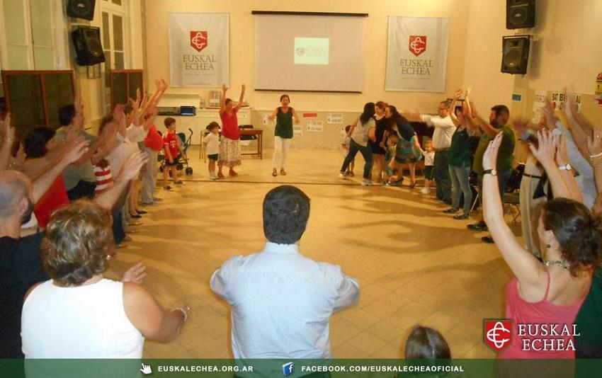 Jugar, cantar y bailar en euskera
