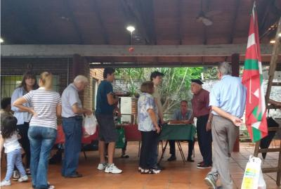 The first food sale of the year at Euskal Jatorri took place in their provisional site, at the Rotary Club in Posadas
