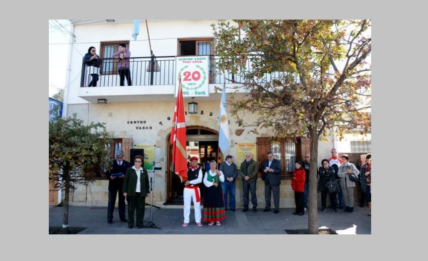 Banderas, himnos y danzas