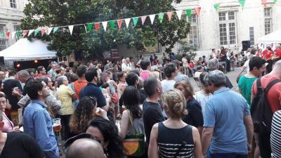 Jendez lepo egon zen Place des Basque gunea Bordeleko Euskal Etxearen Musikaren Besta ospatzeko (argazkia Bordele EE)