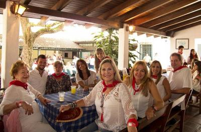 Dressed in red and white, folks at the San Fermin celebration enjoyed themselves immensely (photoCaracasEE)