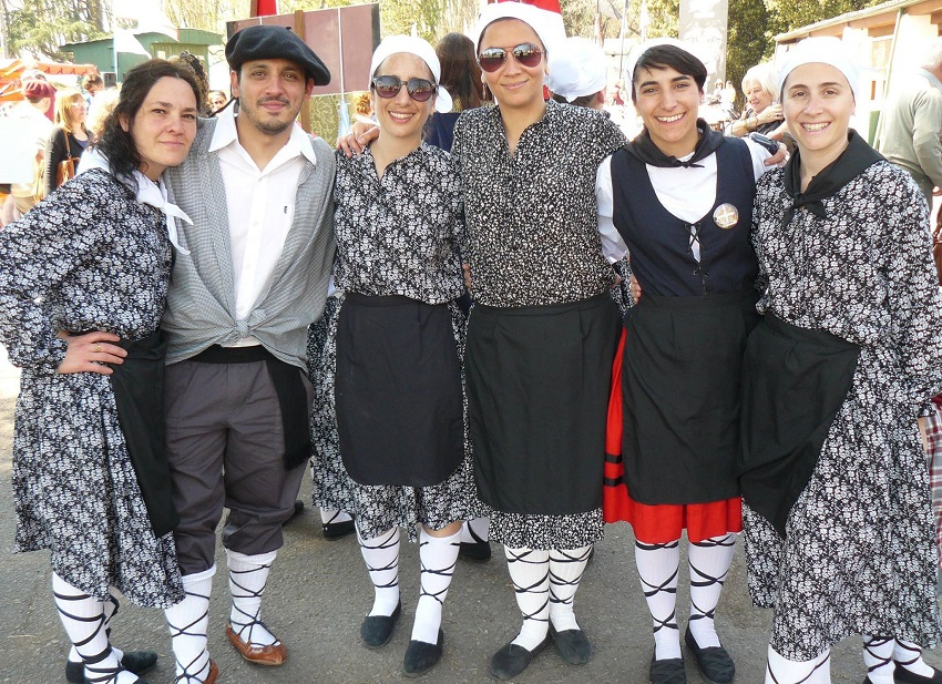 Arropa tradizionalez jantzita