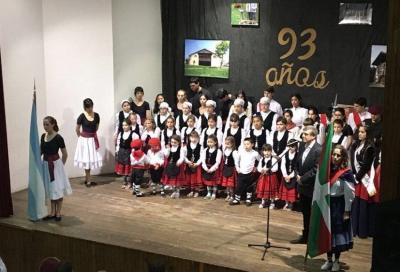 Comodoro Rivadaviako Euskal Echea Elkarteko dantzariak urteroko dantza ikuskizunean