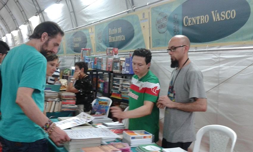 El stand del Centro Vasco Gure Mendietakoak en la Feria del Libro de Medellín (foto Gure Mendietakoak CV)