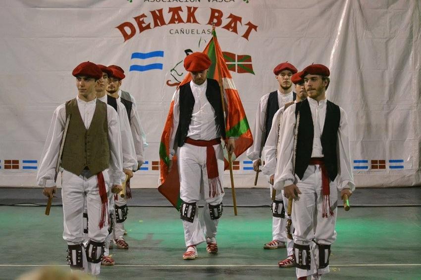 Laurak Bateko dantza taldea Cañuelaseko Aberri Eguneko Dantzarien Topaketa
