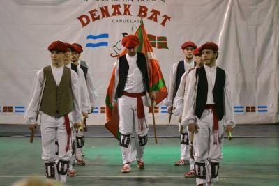 The dancers from Laurak Bat at the 2017 Aberri Eguna Dancers' Gathering in Cañuelas