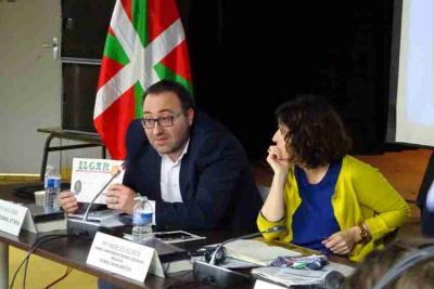 La reunión intercongresual de mayo del año pasado en París. En la imagen, Sebastien Daguerre, presidente de Euskal Etxea de París, y Marian Elorza, secretaria general de Acción Exterior (foto EuskalKultura.com)