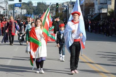 Uztailaren 9ko Tandilgo desfilean Gure Etxea Euskal Etxeko ordezkariak