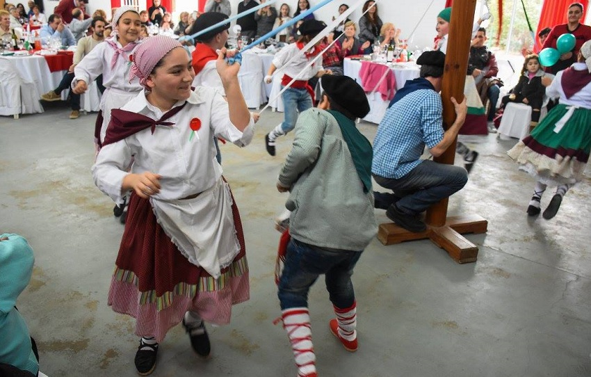Las danzas vascas de la mano de los txikis