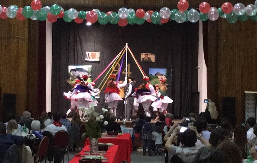 Las dantzaris de Haize Dantzariak presentando una 'Zinta Dantza' aprendida con el consejo en la distancia de Duguna de Pamplona