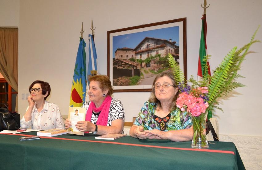 La presidente del Centro Vasco Itxaropen de Saladillo, Nora Idoeta, presentó a Olga Leiciaga