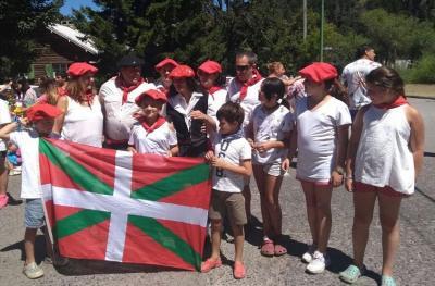 Euskal Txokoa Euskal Etxea San Martin de los Andes-en 120. urteurren desfilean