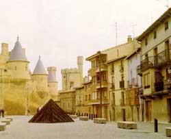 Vista parcial de la plaza y el navarro castillo de Olite