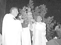 Una réplica de la primitiva imagen de Nuestra Señora de Aranzazú se colocó en la parroquia de Victoria el jueves (La Acción, foto El Diario de Paraná)