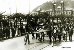 Una manifestación del Partido Comunista recorre Alderdi Eder, en Donostia (fototeca Kutxa)