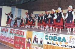 Momento del saludo de los dantzaris suipachenses