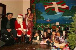 Con Emilia Doyaga al micrófono, Olentzero y Santa Claus repartieron regalos ente los niños y niñas de la euskal etxea neoyorquina (foto eeny)
