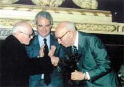 Justo Garate (eskubian) Manuel Lekuona saria jasotzen Aita Joxe Migel Barandiaranen eskutik, Bergaran 1987an (argazkia Bidegileak)