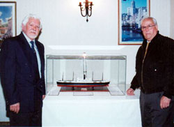 El autor de la maqueta, Marcelino Aceituno (drcha.), y Archibaldo Uriarte, presidente del Centro Vasco de Valparaíso, rodeando la maqueta del Winnipeg