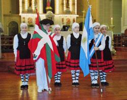 Los dantzarisy abanderados de Beti Aurrera en la Iglesia de Nuestra Señora del Rosario