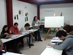 Clase de euskera en Denak Bat de Mar del Plata, de la mano de la irakasle marplatense Verónica Domingo (foto euskalkultura.com)