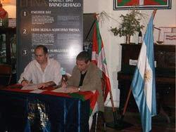 El presidente del Centro Vasco Hiru Erreka, José Luis Artuch, y el electo Peio Gascón, de la comisión ejecutiva de Udalbiltza, durante la firma del convenio para la tramitación del EHNA el pasado lunes en Tres Arroyos