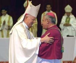 Monseñor Pedro Laxague y el Nuncio Apostólico tras la ceremonia en la que se convirtió en nuevo obispo