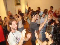 088ab17170 Imagen de una de las actividades lúdicas que acompaña a las clases que  imparte Euskaltzaleak