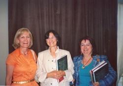 Magdalena Mignaburu, en el centro, rodeada de Mariluz Artetxe y Marieli Díaz de Mendibil, durante la primera presentación del libro sobre FEVA, en la pasada Semana Nacional Vasca de Córdoba