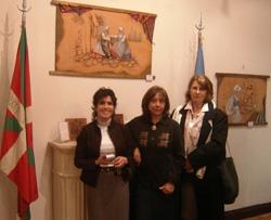 Olga Muniain, Lili Garro eta Diana Crawley; azken honek 'margolarien armarriak' landu zituen egurrean  (argazkia BasqueHeritage.com)