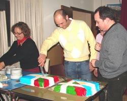 Cortando la torta en la que destacaban los colores de ambas banderas, la argentina y la vasca