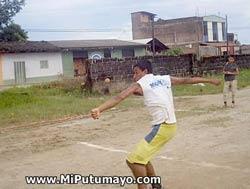 Saque de un pelotari de chaza, nombre que recibe la  modalidad local colombiana de pelota a mano (foto MiPutumayo.com)