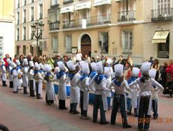 Euskal elkarte madrildarreko Txikien Danborrada joan den urtarrilean Euskal Etxeko egoitzaren parean (argazkia MadrilEE)