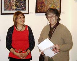 Liliana Ravena de Urruti durante la presentación de la exposición, junto a María Elena Etcheverry, presidenta de Eusketxe (foto EuskalKultura.com)