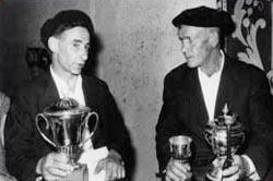 Xalbador eta Uztapide 1967-06-11ean Donostian garaikurrak eskuetan (arg. Xalbador.org)