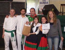 Grupo Beti Ajea de Mar del Plata, ganadores del segundo premio (adultos) de 'Gernika 70 aniversario' (foto EuskalKultura.com)